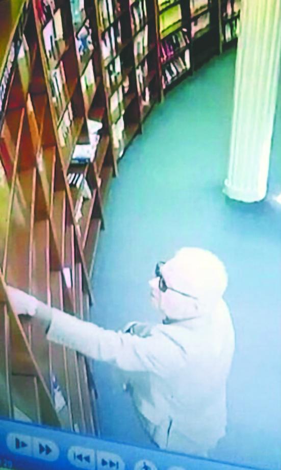 Exhiben a Embajador de México en Argentina robando libro