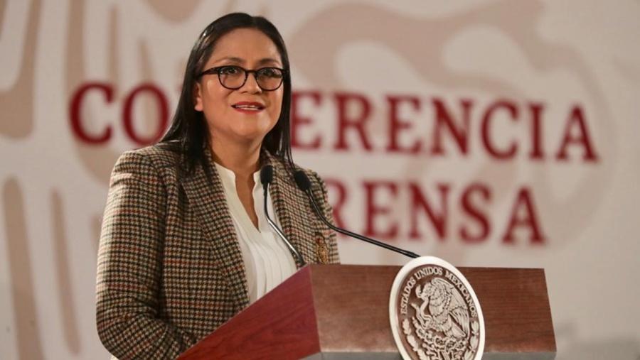 Subsecretaria de Bienestar abandona San Lázaro en ambulancia