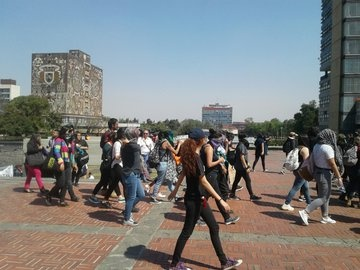 Marchan alumnos de la UNAM a la Torre de Rectoría