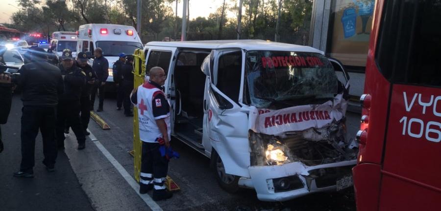 Un lesionado deja el choque de una ambulancia contra un Metrobús