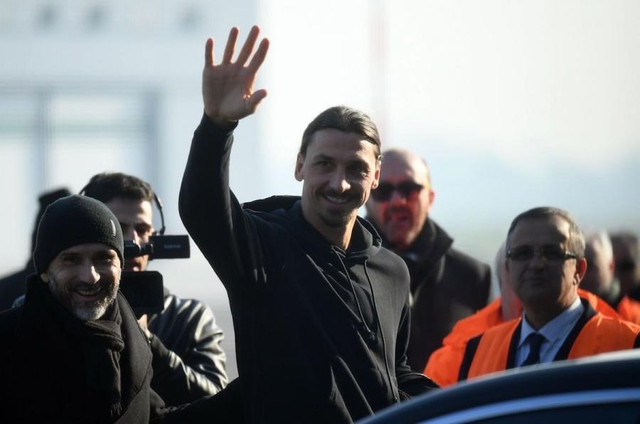 Zlatan aterriza en Milán y desata la locura de aficionados