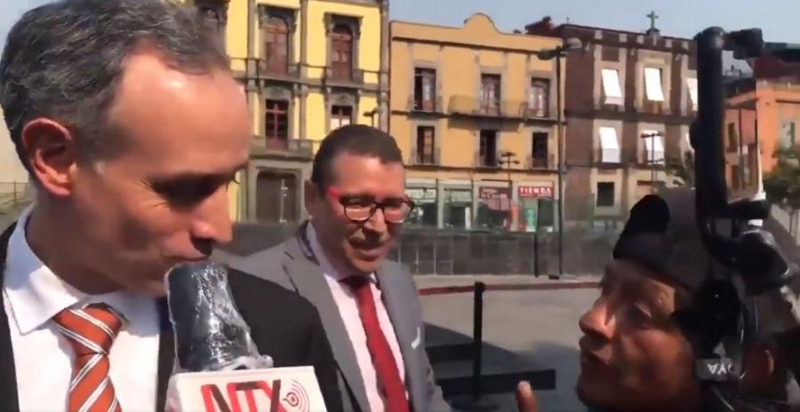 Persona en situación de calle interrumpe a Hugo López-Gatell durante entrevista