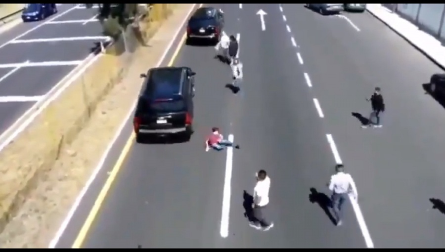 Convoy presidencial golpea  a manifestante