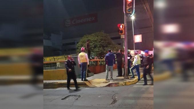 Policía capitalino pone fin a intento de suicidio en puente de Circuito Interior