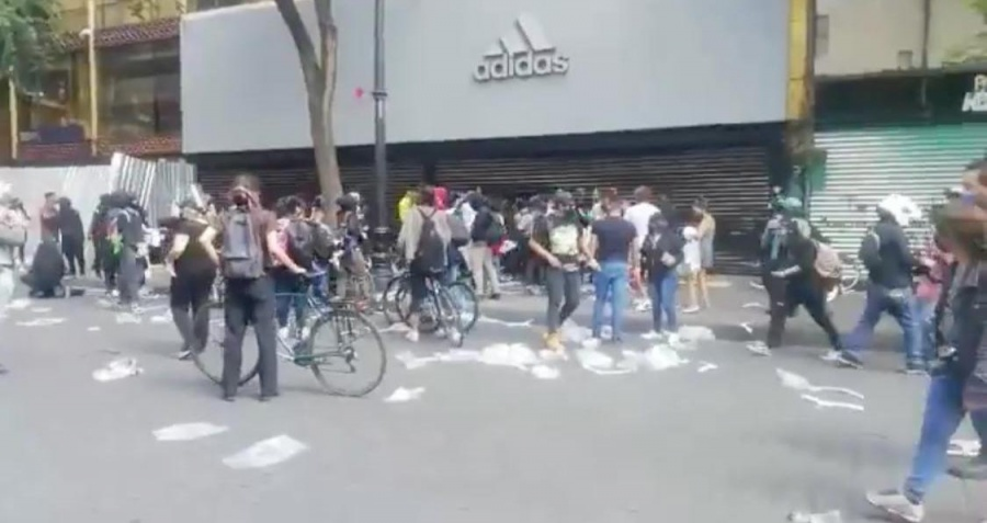 Manifestantes vandalizan el Centro Histórico y se agreden entre sí