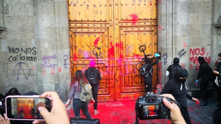 Encapuchadas realizan pintas en Palacio Nacional [Video]