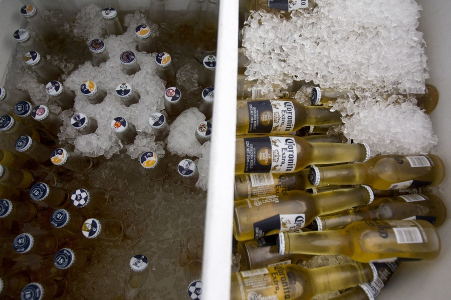 Estudian seis muertes por intoxicación de alcohol adulterado en Jalisco