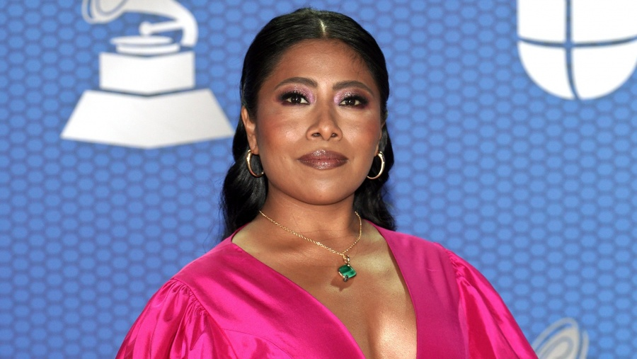 Yalitza Aparicio aparece para los Latin Grammy con un vestido rojo