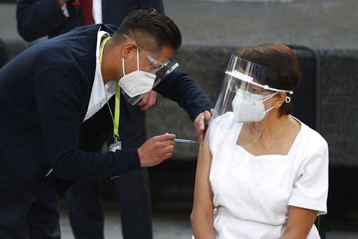 Registra trabajadora de la salud fuerte reacción luego de ser vacunada contra Covid-19