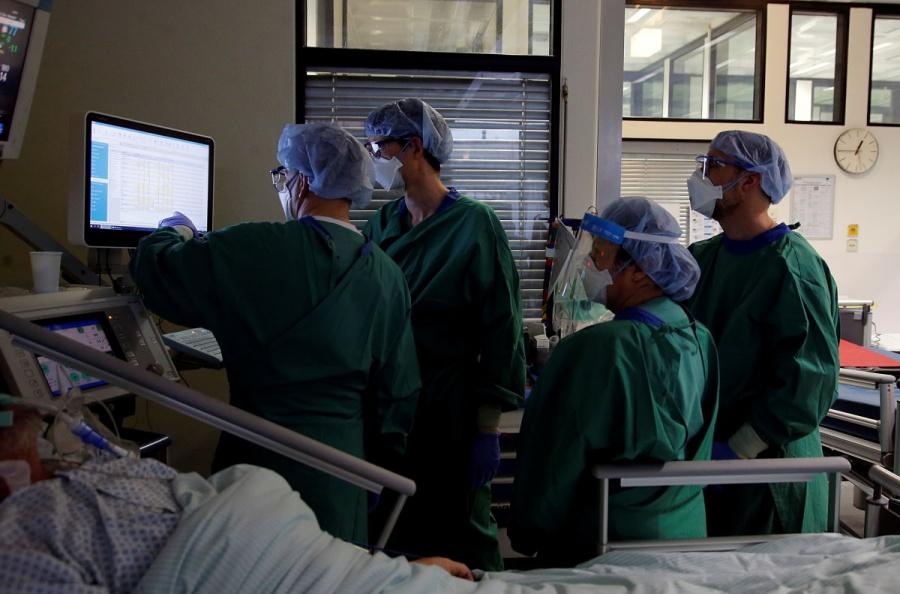 EEUU supera los 18 millones de casos de COVID-19 entre temores por nueva variante