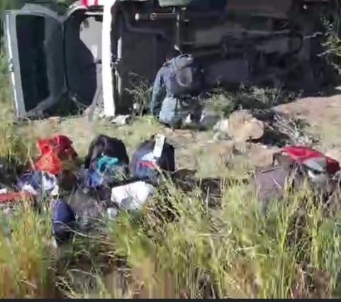 Vuelca camioneta de reporteros que cubren a AMLO