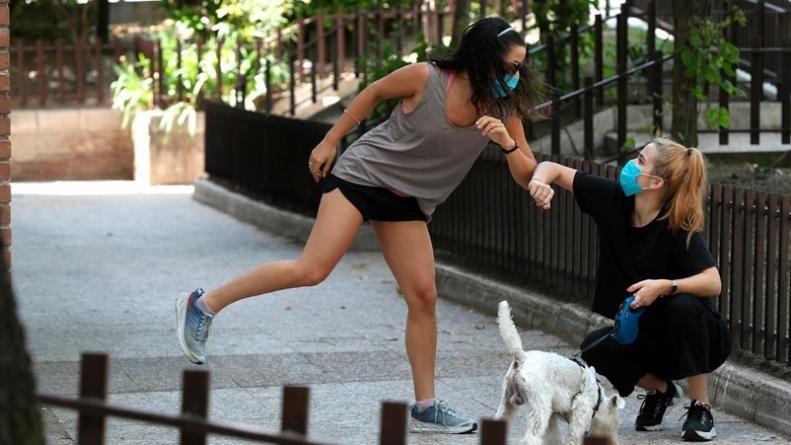 OMS pide evitar saludo con los codos ya que se pierde la sana distancia