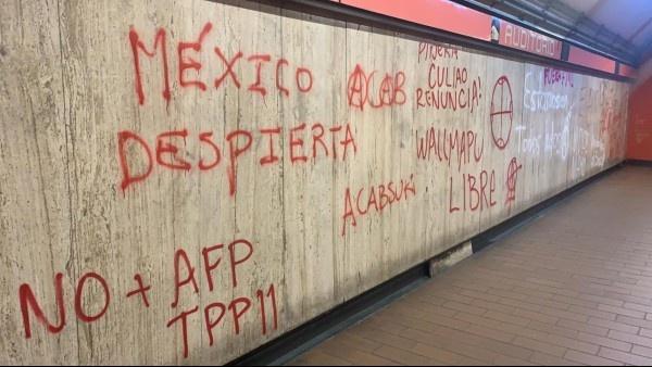 Un grupo de presuntos anarquistas realizan pintas al interior del metro Auditorio