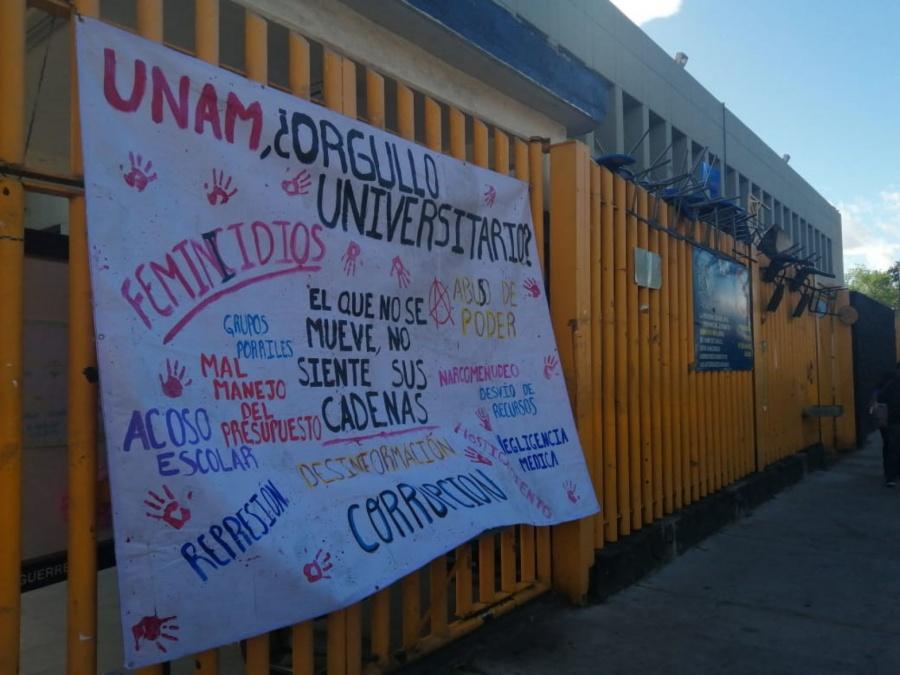 Encapuchados toman Prepa 8 de la UNAM