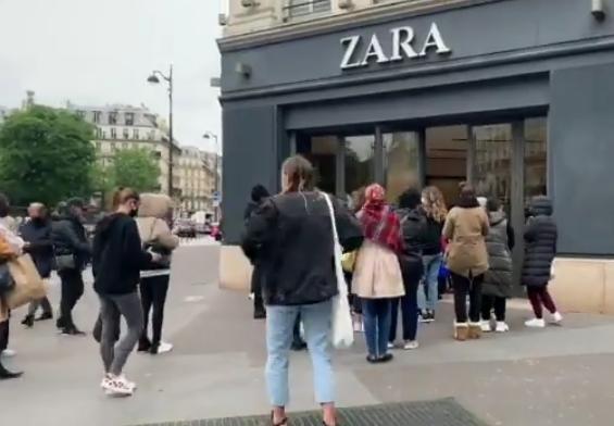 ¡Por fin se levanta la contingencia! Franceses hacen largas filas para comprar ropa