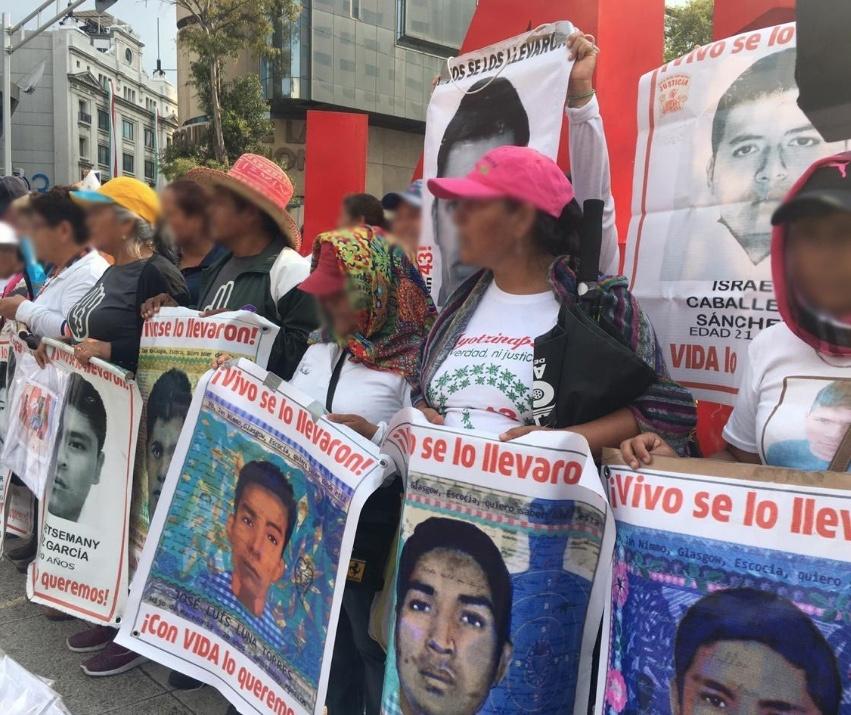 Padres pasan lista por los 43 normalistas de Ayotzinapa