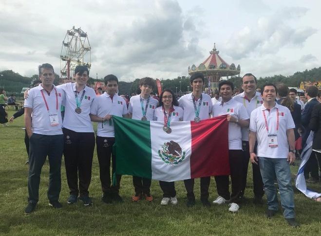 Jóvenes medallistas en Olimpiada de Matemáticas, agradecen a Guillermo del Toro