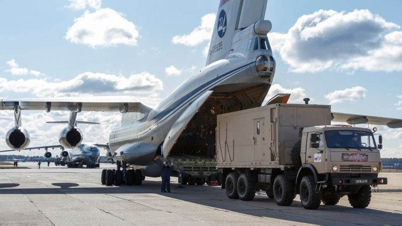Para apoyarlo en la pandemia, envía Rusia a Italia su décimo avión militar