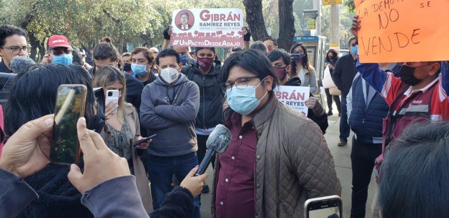 Por quedar fuera de la contienda por Morena, Gibrán Ramírez impugna encuesta del INE