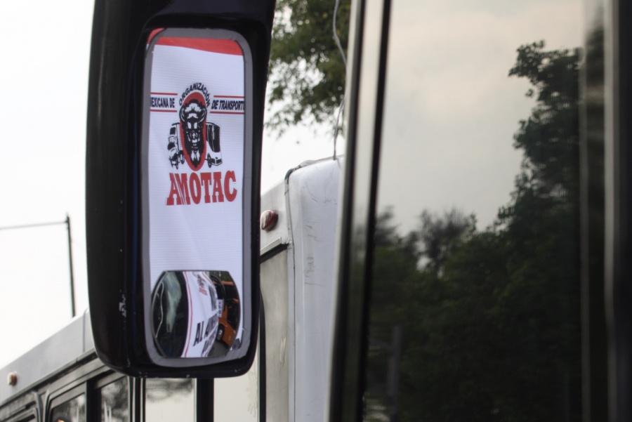 Transportistas bloquean accesos a San Lázaro