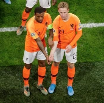 Wijnaldum y De Jong hacen seña en contra del racismo
