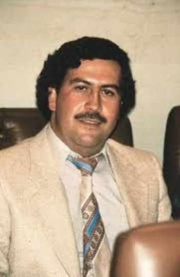 Estaban escondidos en una pared; Sobrino de Pablo Escobar encuentra 18 millones de dólares