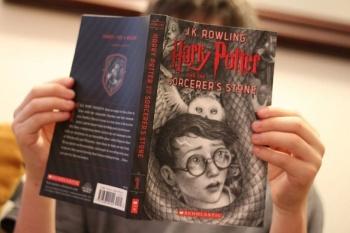 Daniel Radcliffe y Dakota Fanning leerán primer libro de