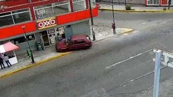 Captan momento en que un vehículo arrolla a cinco personas