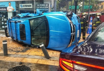 Debido a lluvias en la capital patrulla choca contra camioneta
