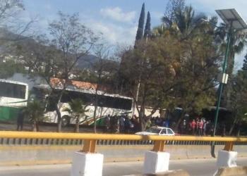 Normalistas de Ayotzinapa toman tres autobuses de pasajeros