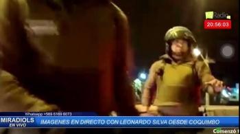Carabineros apuntan a un reportero en Chile en una transmisión en vivo