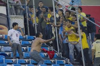 Aficionados del América apedrean a fans de Cruz Azul; hay 30 detenidos