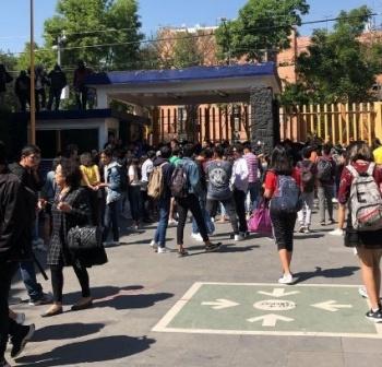¡Otra vez! Encapuchados toman Prepa 8 de la UNAM