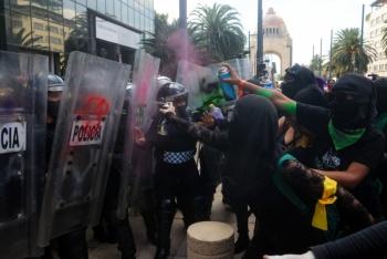 Video: Feministas se dirigen a la 'Antimonumenta' escoltadas por policías