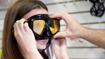 Adaptan visores de buzo como alternativa a las mascarillas N95