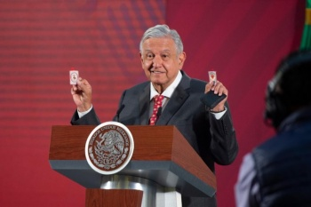 AMLO muestra sus amuletos contra la crisis económica y coronavirus