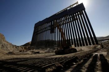 """Simpatizantes de Trump construyen muro """"privado"""" en frontera con México"""