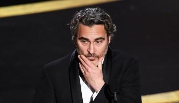 Celebra Joaquin Phoenix su Oscar con hamburguesas veganas