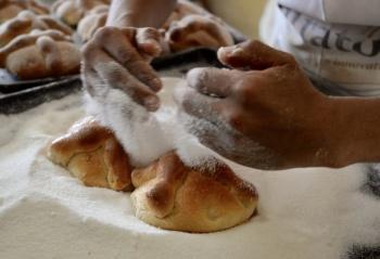 Reclusos capitalinos elaboran y venden pan de muerto