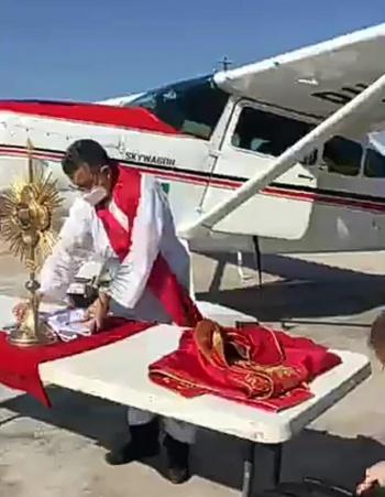 Por Coronavirus sacerdote rocía agua bendita desde avioneta