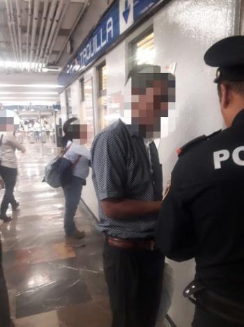 Buen samaritano entregó a la policía cadena de oro perdida en el Metro Zócalo