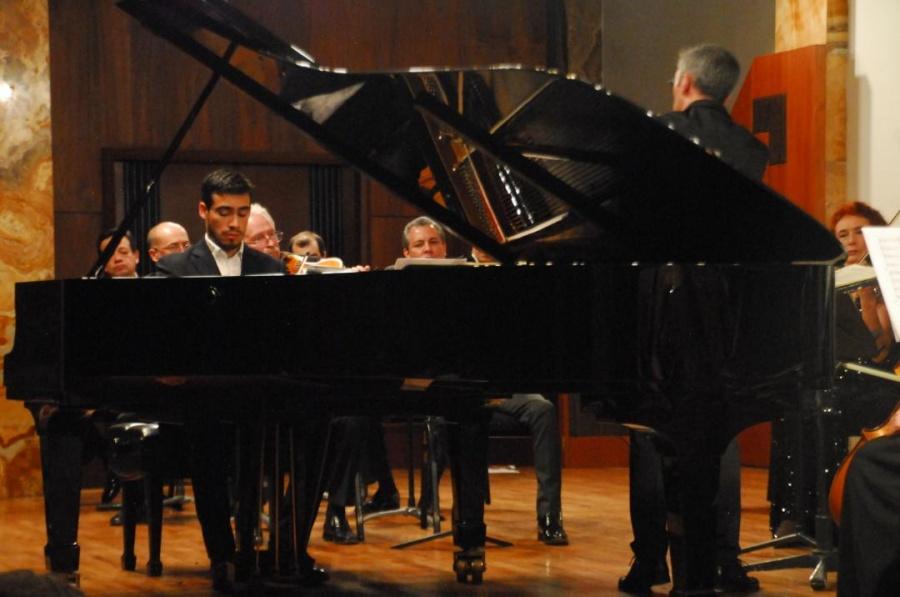 El pianista Sebastián Espinosa y la OCBA conquistan el Palacio de Bellas Artes