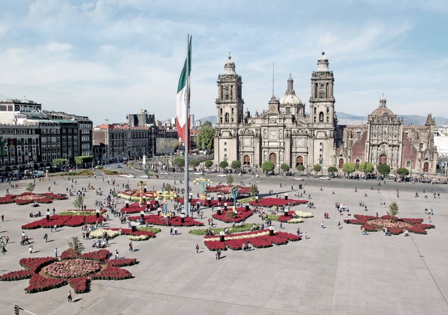 Jardín efímero de siete corazones invade el Zócalo