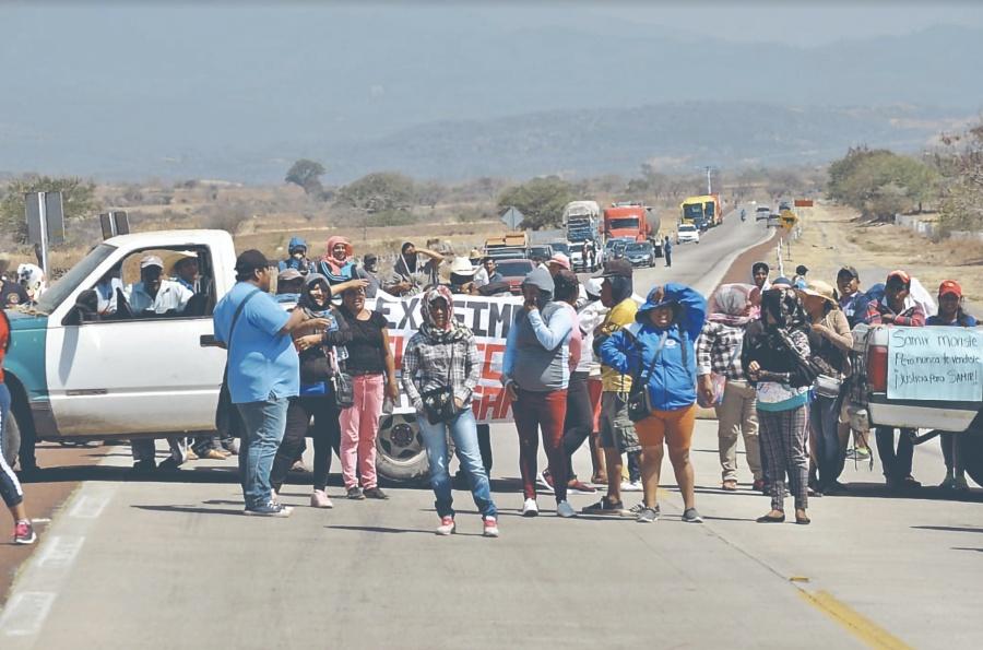 Exigen justicia para Samir bloqueando autopista