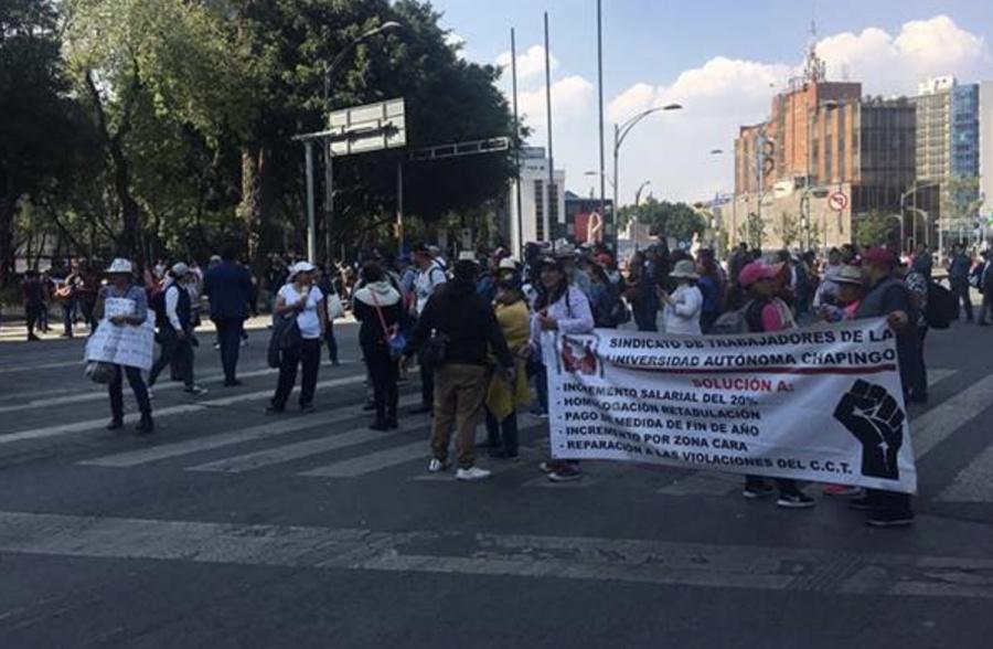 Trabajadores de la Universidad de Chapingo realizan manifestación por aumento salarial