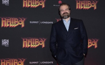 David Harbour promociona