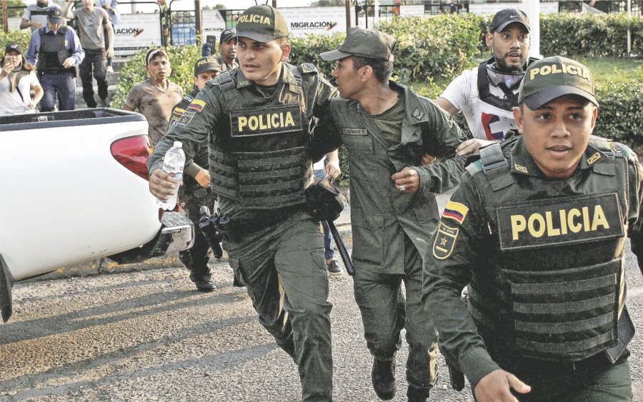 Van 1,000 militares que rompen filas con Maduro