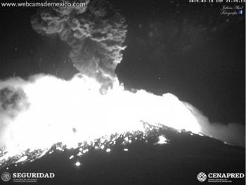 Volcán Popocatépetl lanza material incandescente