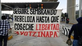 Normalistas de Ayotzinapa toman la caseta México-Cuernavaca