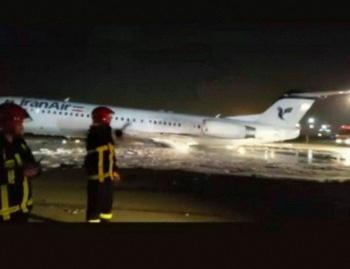 Avión se incendia en Irán con 50 personas a bordo